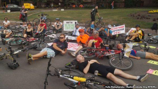 У місті Дніпрі протестували лежачи