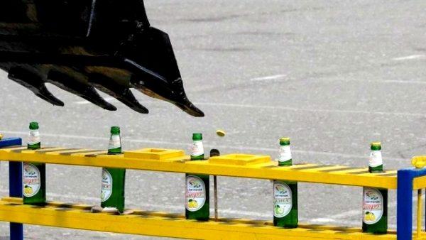 Як екскаватором пляшки відкорковували