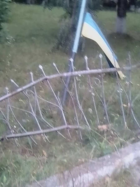 На Бущині після ДТП український стяг залишився на землі