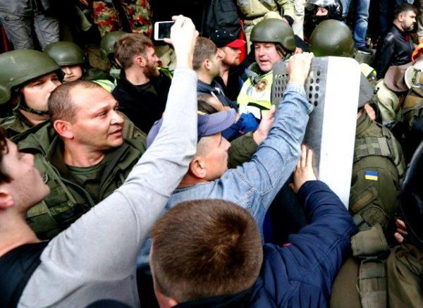 Протести під Радою: число затриманих зростає