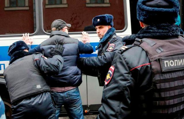 Поліція Росії за один день затримала сотні осіб