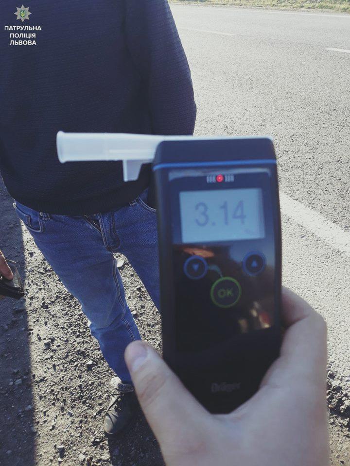 На Львівщині спіймали водія, рівень алкоголю у крові якого перевищував норму у 15 разів