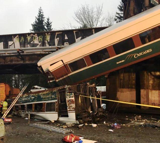 США: залізничні вагони упали на шосе